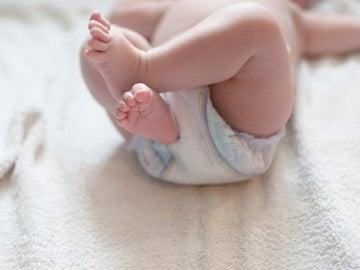Imagen de archivo de un bebé en pañales