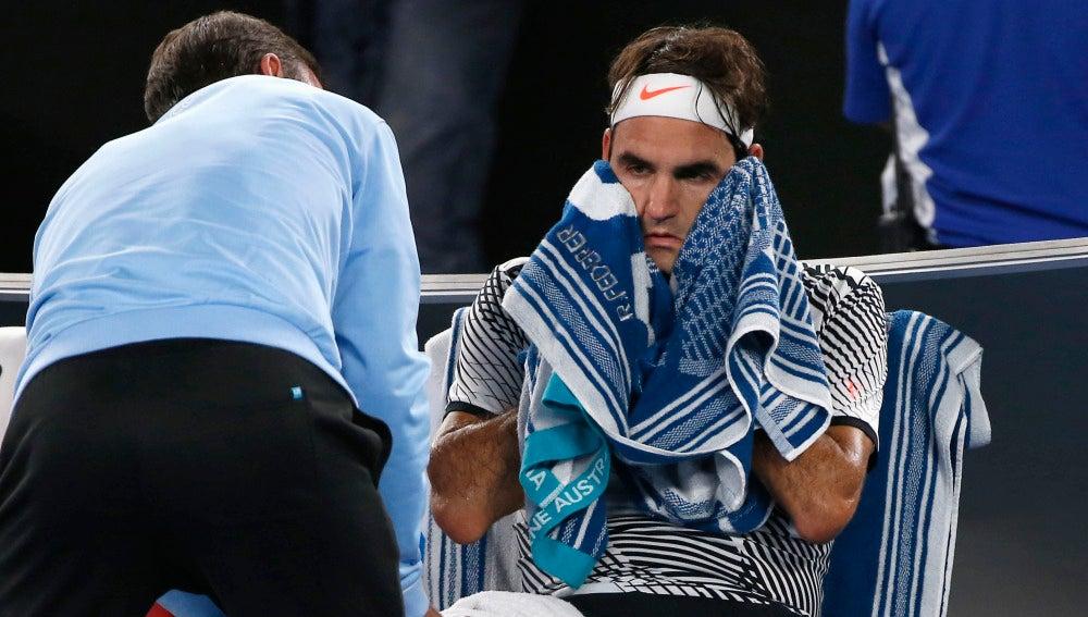 El médico asiste a Federer en la final del Open de Australia