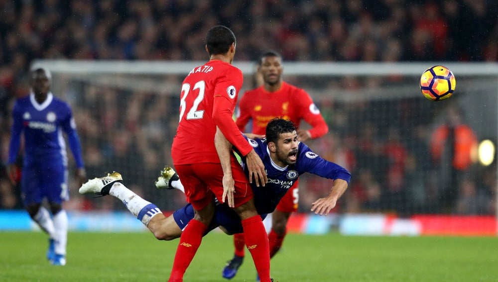 Diego Costa cae en una acción ante el Liverpool