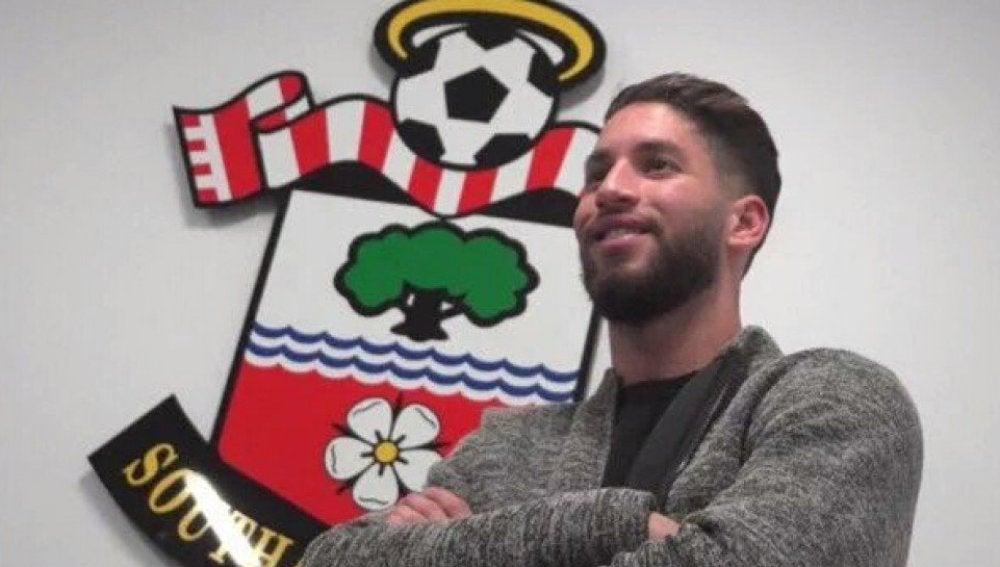Hassen Mouez posando enfrente del escudo del Southampton