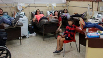 Elsa Pouton donando sangre con sus amigos