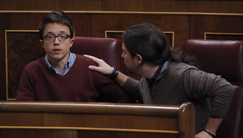 Errejón e Iglesias discutiendo en el Congreso