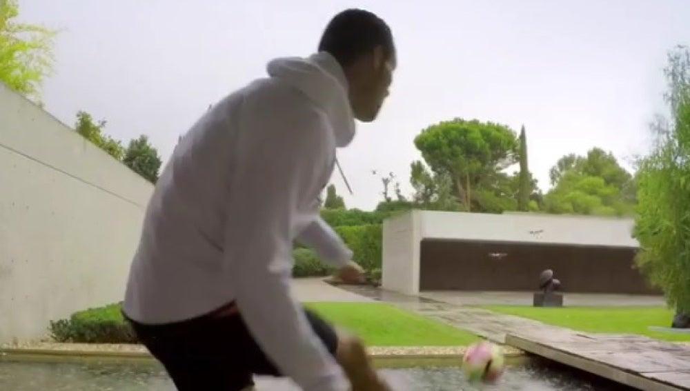 Cristiano Ronaldo trata de derribar un dron