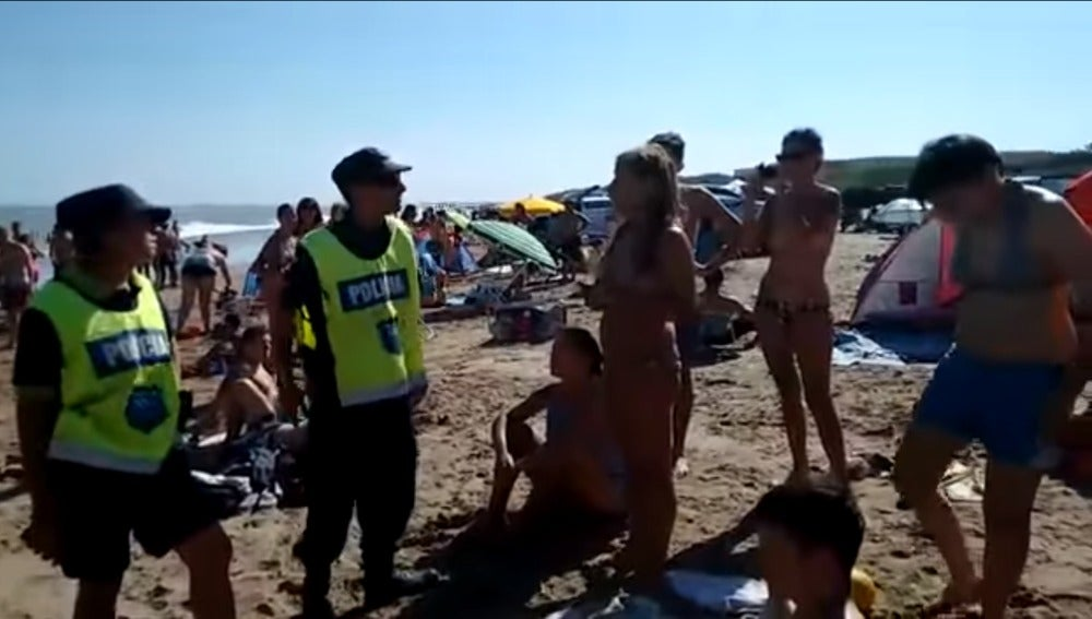 Discusión entre los policías y las bañistas que hacían toples