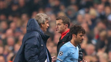 Pellegrini y David Silva durante un encuentro con el Manchester City