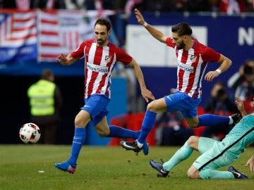 Juanfran y Carrasco presionan ante Mascherano