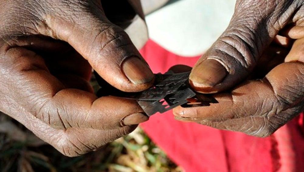 Una mujer africana sostiene varias cuchillas