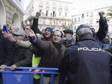 Marea Blanca de Cádiz recibe entre protestas a Susana Díaz