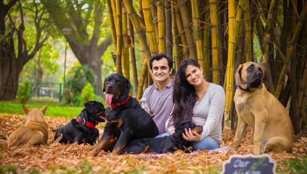 Sanjana y su marido con sus perros