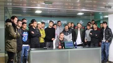 Los jugadores del Betis, durante la lectura del comunicado en apoyo a Zozulya
