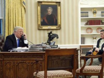 Donald Trump en una fotografía durante una conversación telefónica