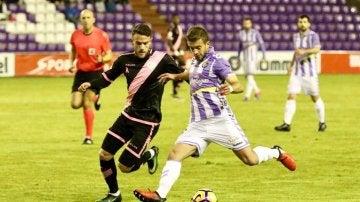 Jugador del Valladolid y Rayo Vallecano disputando un balón