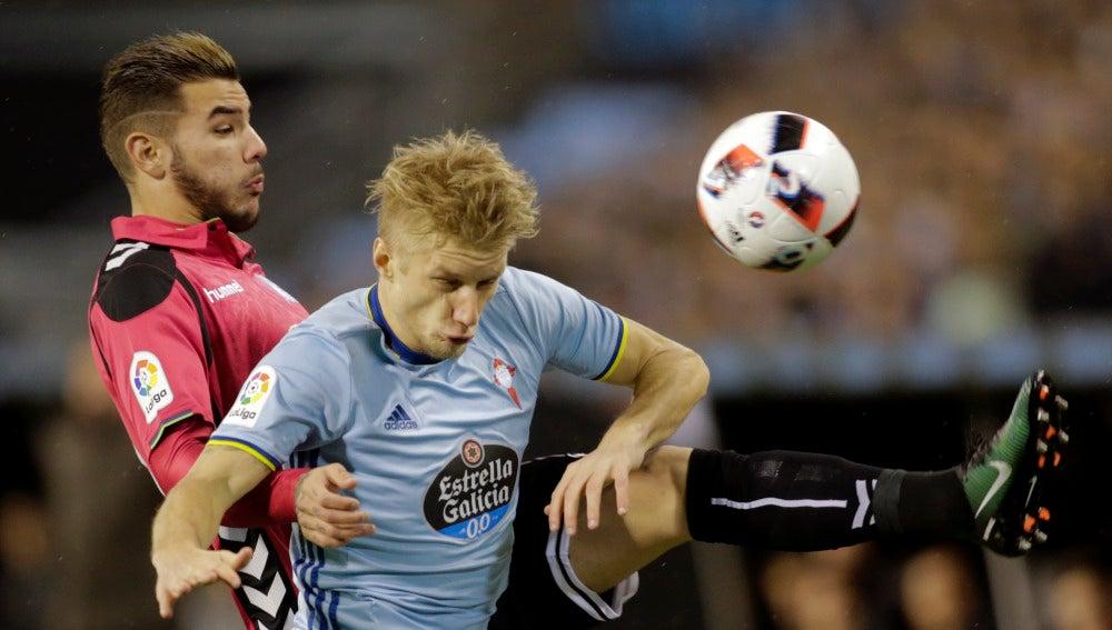 Theo Hernandez y Daniel Wass luchan por un balón