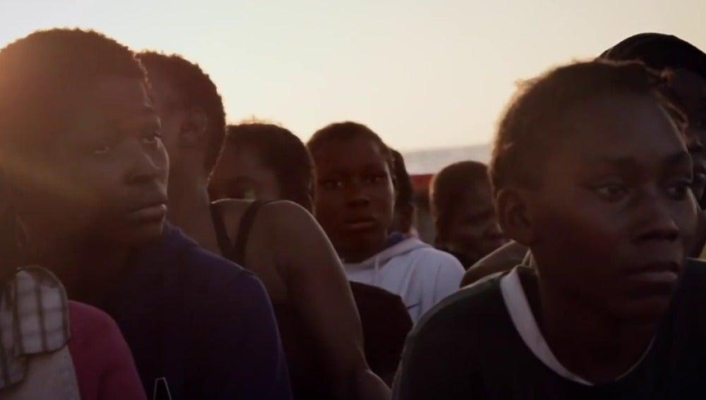 """Frame 43.514059 de: Coldplay le pone música al drama de los refugiados en el Mediterráneo: """"Nadie merece morir en el mar"""""""