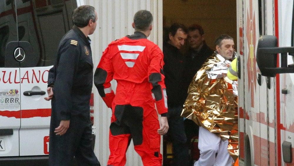 Uno de los tripulantes rescatados del naufragio de un pesquero frente a las costas de Asturias
