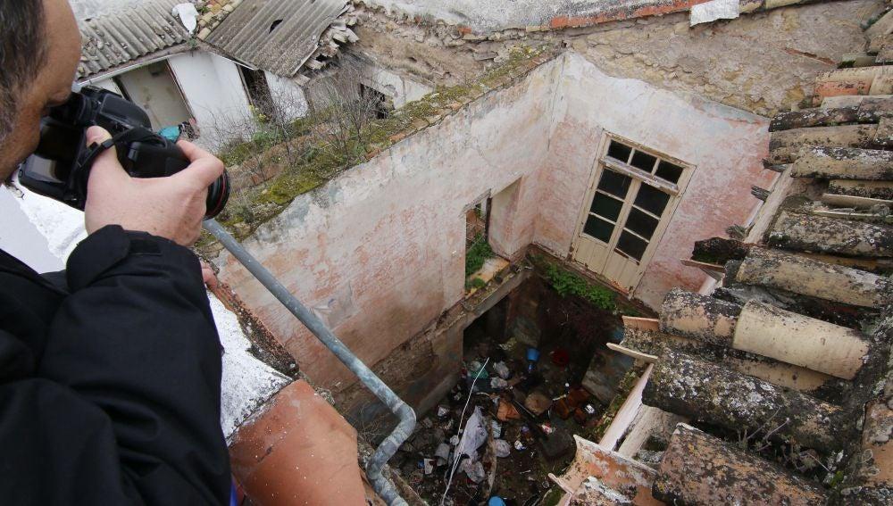 Patio interior de la vivienda situada en el número 3 de la Plaza de la Fuenseca, en Córdoba, donde la Policía Nacional ha detenido a una mujer de mediana edad