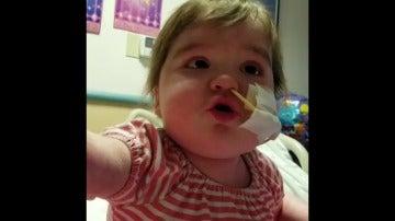 """Frame 0.0 de: Una niña de cuatro años celebra que ha superado dos trasplantes de médula cantando que es una """"vencedora"""""""