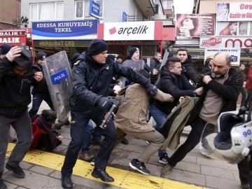 Manifestantes forcejean con policías turcos en Ankara