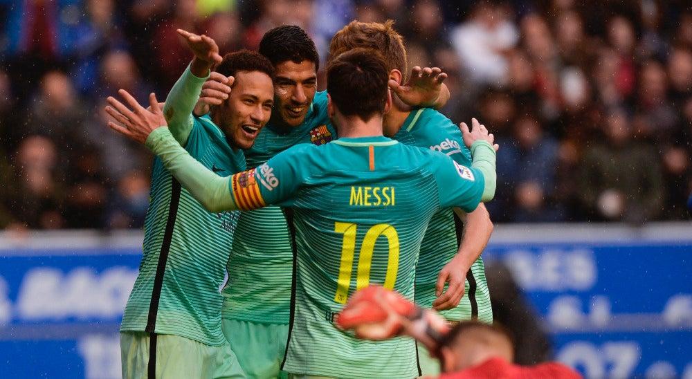 Los jugadores del Barcelona celebran uno de sus goles contra el Alavés