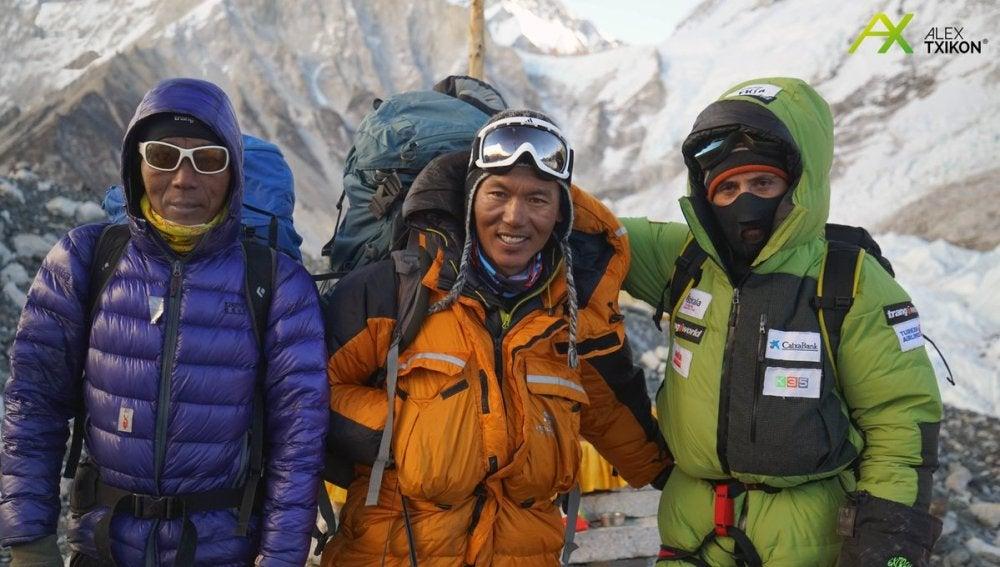 Alex Txikon, junto a sus sherpas en el campamento 2