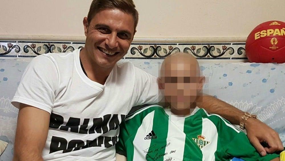 El jugador del Betis Joaquín posó con José Antonio Garrido para ayudar a sus padres