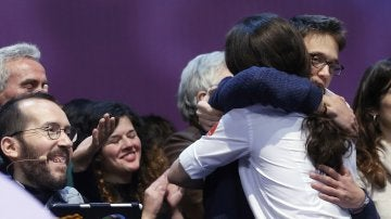 Los dirigentes de Podemos Iñigo Errejon y Pablo Iglesias se abrazan