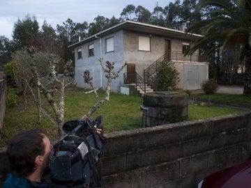 Un cámara graba la vivienda en Salceda de Caselas (Pontevedra) en la que se ha encontrado este mediodía a un varón, P.F.M., de 60 años, ahorcado en su domicilio y su mujer