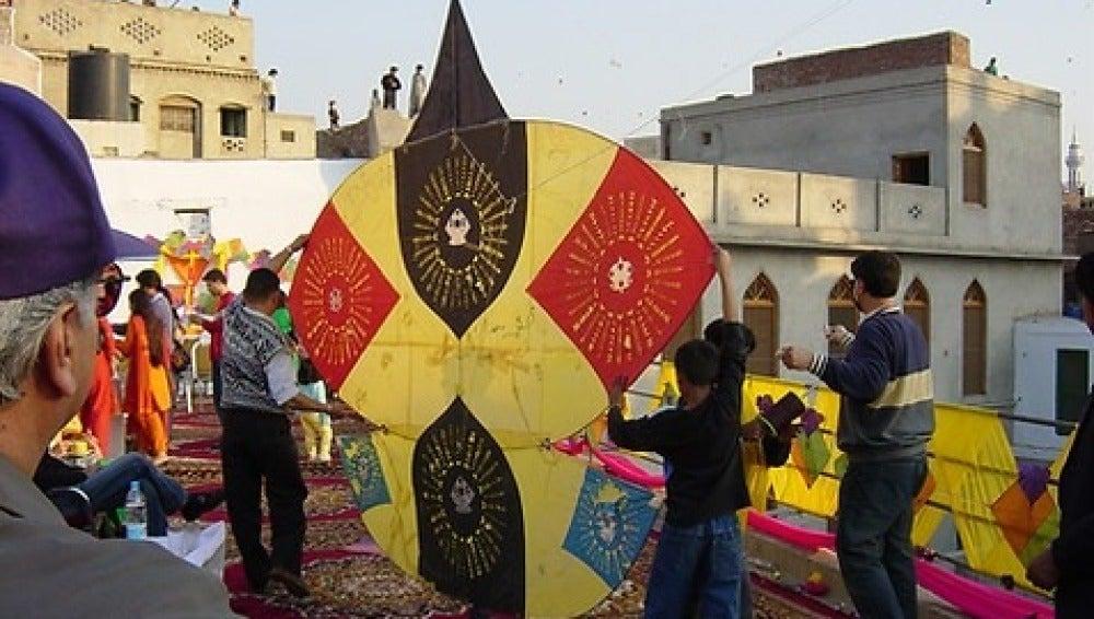 El Basant es la fiesta de la primavera que los pakistaníes celebran volando cometas