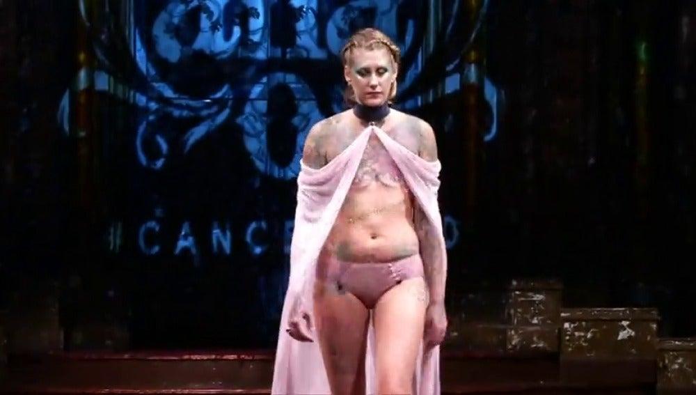 Frame 2.610963 de: Mujeres víctimas del cáncer de mama sometidas a mastectomías desfilan en Nueva York para promover la investigación