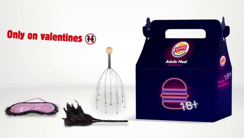 """Frame 16.497364 de: Burger King regala juguetes sexuales en un """"menú para adultos"""" preparado para San Valentín"""