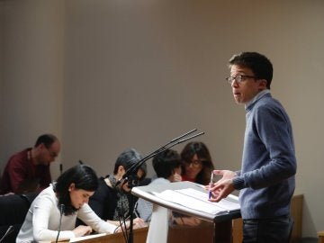 El portavoz de Podemos, Íñigo Errejón, durante la rueda de prensa