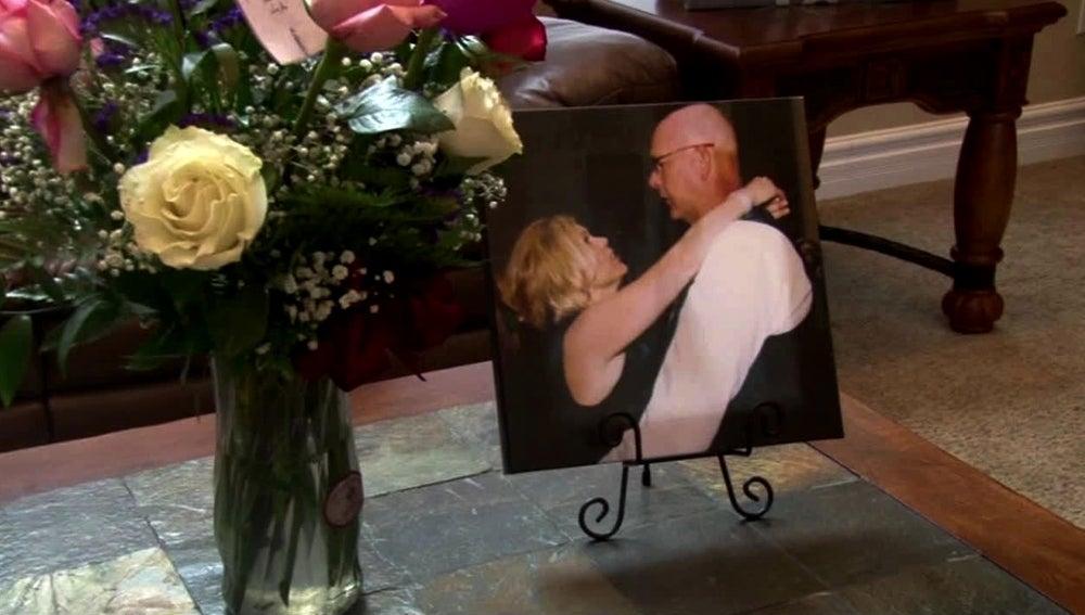 Ramo de flores junto a una foto de Shelly y Jim