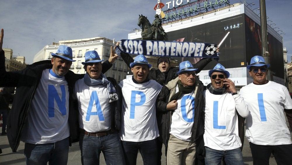 Aficionados del Nápoles posan sonrientes en Madrid