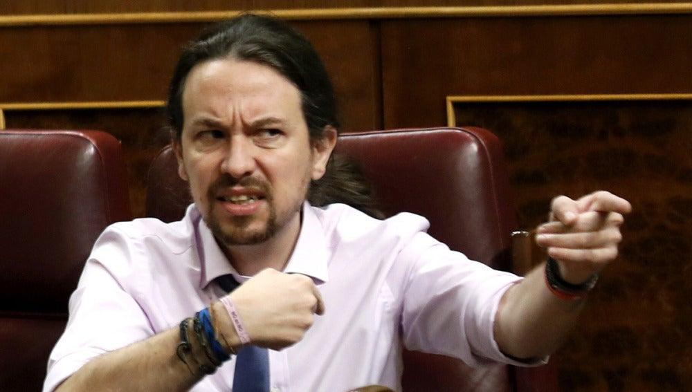 Pablo Iglesias en plena bronca con un diputado del PP