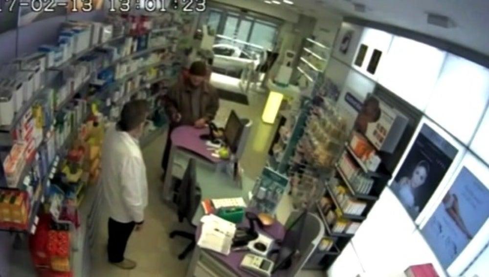 Imagen del momento del atraco de un anciano en una farmacia