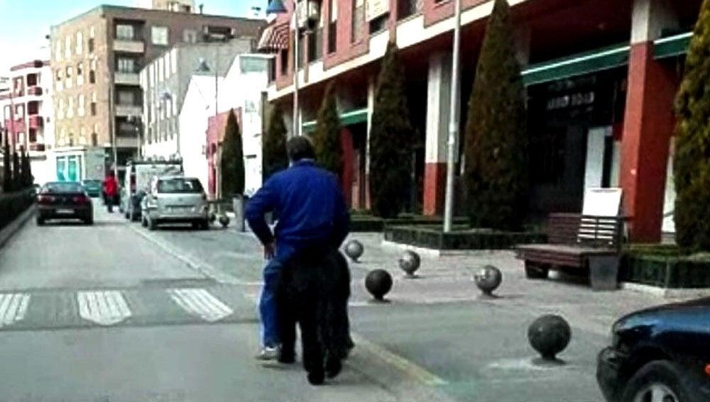 Un hombre regresa a su casa subido en su poni