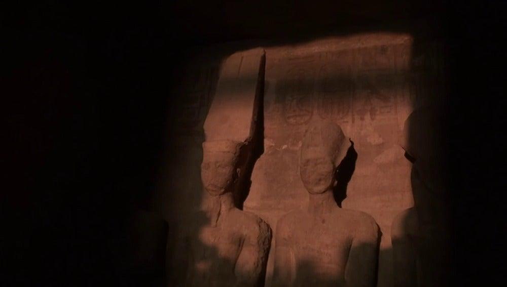 La luz del amanecer ilumina el rostro de Ramsés II en el templo de Abu Simbel