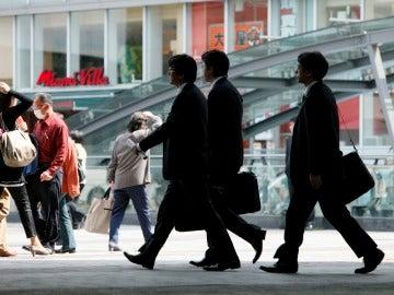 Empresarios caminan por una calle en Tokio (Japón)