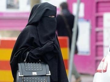 Una mujer con nicab pasea por la calle