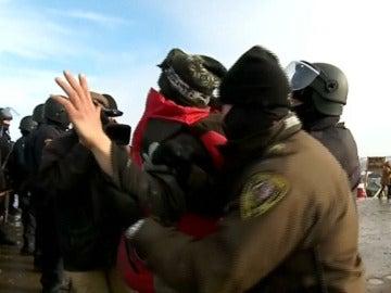 Detención de un activista que protestaba contra el oleoducto en Dakota