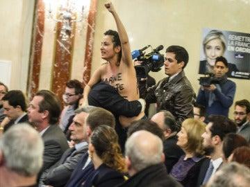 Activista de Femen irrumpiendo en un acto de Le Pen