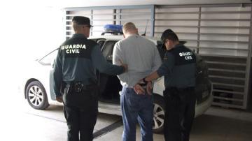 Fotografía facilitada por la Guardia Civil de la detención de un ciudadano irlandés de 32 años en el aeropuerto de Alicante.