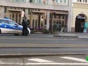 Frame 57.375611 de: La policía alemana dispara a un hombre que intentaba huir tras atropellar a varias personas en una zona peatonal de Heidelberg