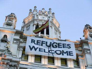 Pancarta de bienvenida a los refugiados instalada en el Ayuntamiento de Madrid