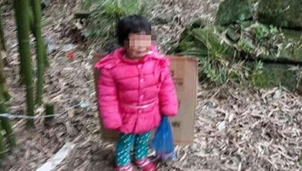 Dian, la niña de dos años abandonada en un cementerio por su padre para que la madre vuelva a casarse con él
