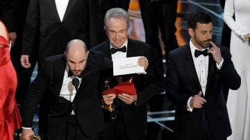 El productor de 'La la land', Jordan Horowitz, enseña la tarjeta en la que aparece 'Moonlight' como Mejor Película, tras el error de Warren Beatty