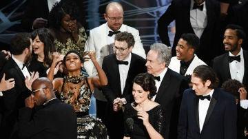 El equipo de 'Moonlight' celebra el Oscar a la Mejor Película