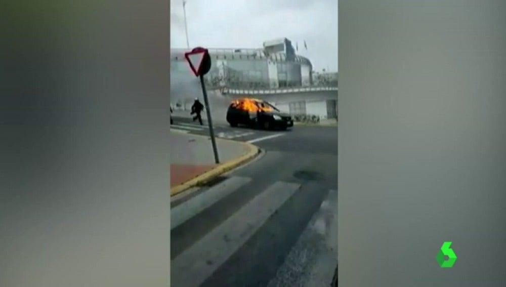 Frame 19.139444 de: Un coche envuelto en llamas se precipita por una calle de Alcalá de Guadaíra