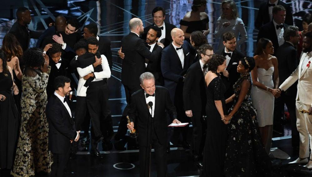 Warren Beatty explica al público el motivo de su confusión a la hora de otorgar el Oscar a Mejor Película