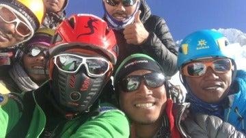 Alex Txikón, con su expedición en el Everest